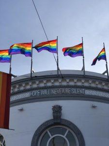 Bandeiras gay ficam espalhadas pelo bairro Castro em San Francisco