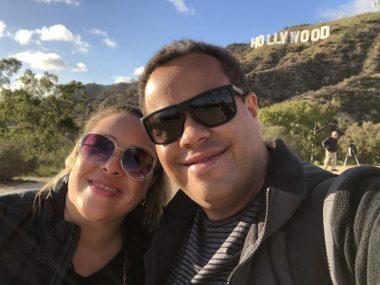 Pati e Jairo tirando a famosa foto com a placa de Hollywood!