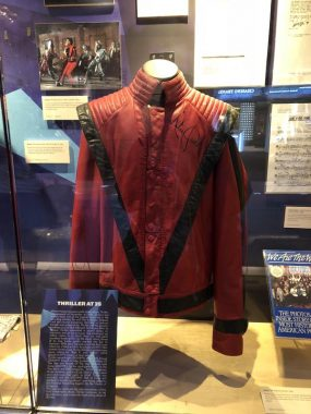 Jaqueta do Michael Jackson exposta no Grammy Museum