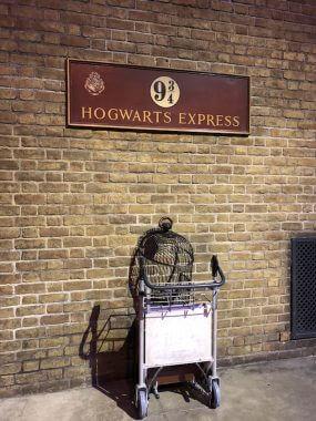 Plataforma 9 ¾ para Hogwarts nos estúdios Harry Potter