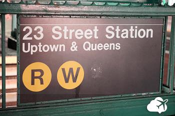 direção na entrada da estação de metrô em NYC